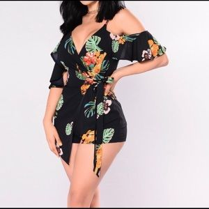 Fashion nova Navy flora romper NWOT